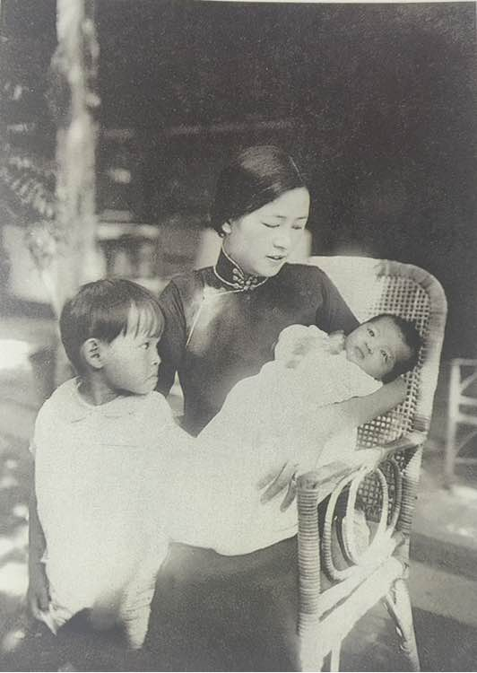 1932年的林徽因和兒女在一起 此時的林徽因,成熟有氣質,旗袍恰到好處襯托出她的美麗。 注意再冰的眼神,「媽媽這樣喜歡弟弟 寶寶不開心寶寶心裡苦」。