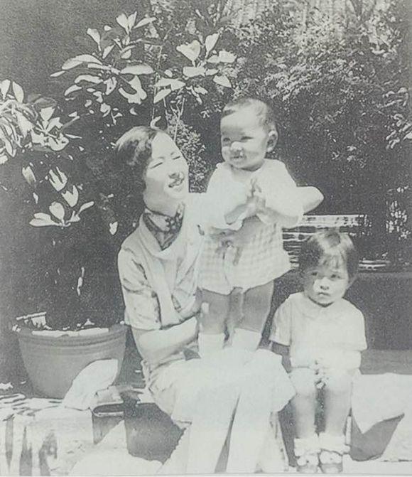 1932年 林徽因在北平家中與兒女合照 兩個小可愛,注意再冰的眼神很委屈 享受天倫之樂的林徽因,笑的很燦爛