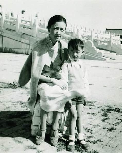 1936年 林徽因和兒子梁從誡在故宮 林穿的高跟鞋嗎