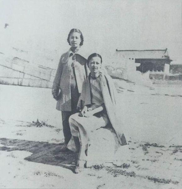 1936年 林徽因和小姑梁思莊在故宮 梁思莊和林徽因都是留學北美的高知女性 。 她的婚紗還是林徽因設計的,林徽因憐惜她丈夫早亡獨自撫養女兒。 十分照顧她,兩人關係不錯。